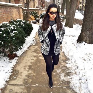 Schwarzes gerade geschnittenes Kleid aus Leder kombinieren: trends 2020: Wenn Sie einen verfeinerten Freizeit-Look erhalten müssen, macht die Kombi aus einem schwarzen gerade geschnittenem Kleid aus Leder und einem grauen Cape Mantel mit Schottenmuster Sinn. Wenn Sie nicht durch und durch formal auftreten möchten, vervollständigen Sie Ihr Outfit mit schwarzen Leder Ballerinas.