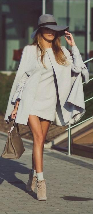 Welche Cape Mäntel mit hellbeige Stiefeletten zu tragen: trends 2020: Diese Kombination aus einem Cape Mantel und einem grauen gerade geschnittenem Kleid ist eine großartige Option füreinen eleganten Casual-Look. Hellbeige Stiefeletten sind eine gute Wahl, um dieses Outfit zu vervollständigen.