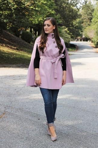 Damen Outfits 2020: Paaren Sie einen hellvioletten Cape Mantel mit dunkelblauen engen Jeans, um ein lockeres aber stilsicheres Outfit zu kreieren. Graue Leder Pumps sind eine gute Wahl, um dieses Outfit zu vervollständigen.