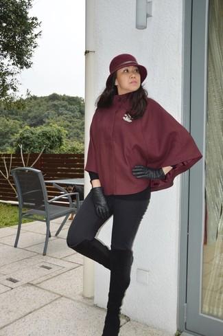Wie kombinieren: dunkelroter Cape Mantel, schwarze Leggings, schwarze kniehohe Stiefel aus Wildleder, schwarze Lederhandschuhe