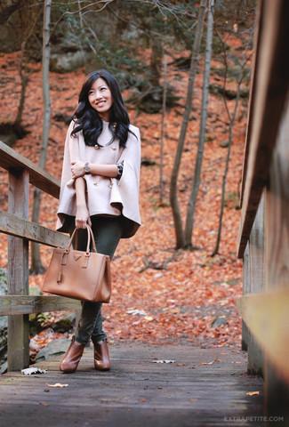 Rosa Cape Mantel kombinieren – 6 Damen Outfits: Wenn Sie einen tollen, entspannten Look erzeugen möchten, bleiben ein rosa Cape Mantel und dunkelgrüne enge Jeans ein Klassiker. Rotbraune Leder Stiefeletten sind eine kluge Wahl, um dieses Outfit zu vervollständigen.