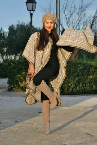 Wie kombinieren: hellbeige Cape Mantel mit Schottenmuster, schwarzer flauschiger Pullover mit einem Rundhalsausschnitt, schwarze Leggings, hellbeige kniehohe Stiefel aus Wildleder