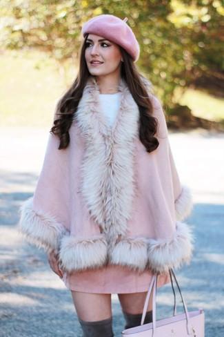 Wie kombinieren: rosa Cape Mantel, weißer Pullover mit einem Rundhalsausschnitt, rosa Wildleder Minirock, dunkelgraue Overknee Stiefel aus Wildleder
