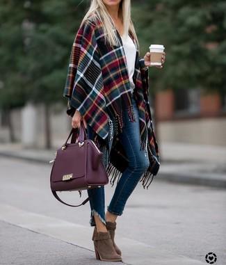 Wie kombinieren: mehrfarbiger Cape Mantel mit Schottenmuster, weißer Pullover mit einem V-Ausschnitt, dunkelblaue enge Jeans, braune Wildleder Stiefeletten