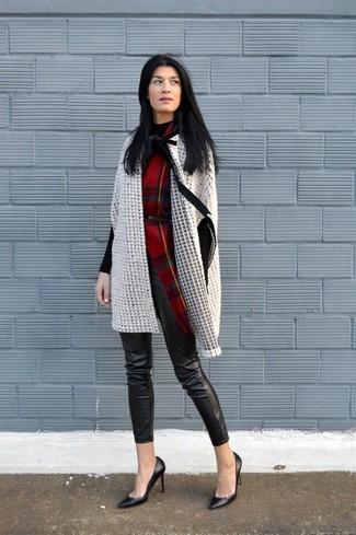 Wie kombinieren: hellbeige Cape Mantel, schwarzer Rollkragenpullover, schwarze enge Hose aus Leder, schwarze Leder Pumps