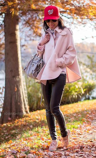 Wie kombinieren: rosa Cape Mantel, grauer horizontal gestreifter Rollkragenpullover, schwarze enge Hose aus Leder, rosa Leder Bootsschuhe