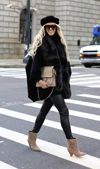 Welche Cape Mäntel mit hellbeige Stiefeletten zu tragen: trends 2020: Ein Cape Mantel und schwarze enge Jeans aus Leder sind absolut Casual-Must-Haves und können mit einer Vielzahl von Kleidungsstücken gepaart werden. Hellbeige Stiefeletten sind eine großartige Wahl, um dieses Outfit zu vervollständigen.