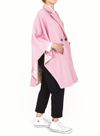 Turnschuhe kombinieren – 500+ Damen Outfits: Um einen lässigen Look zu erhalten, wahlen Sie einen rosa Cape Mantel und eine schwarze Chinohose. Suchen Sie nach leichtem Schuhwerk? Entscheiden Sie sich für Turnschuhe für den Tag.