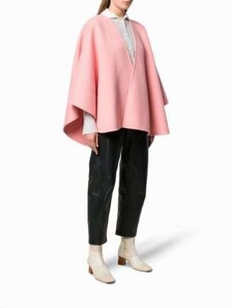 Rosa Cape Mantel kombinieren – 6 Damen Outfits: Die Kombi aus einem rosa Cape Mantel und einer schwarzen weiter Hose aus Leder bietet die optimale Balance zwischen legerem Tomboy-Look und modernem Aussehen. Hellbeige Leder Stiefeletten sind eine großartige Wahl, um dieses Outfit zu vervollständigen.