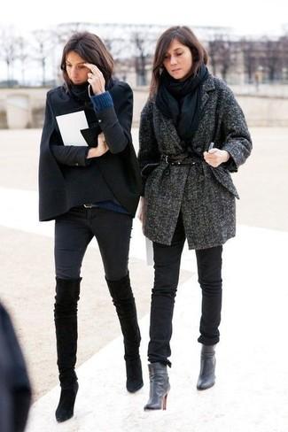 Die Vielseitigkeit von einem schwarzen Cape Mantel und schwarzen engen Jeans machen sie zu einer lohnenswerten Investition. Dieses Outfit passt hervorragend zusammen mit schwarzen Overknee Stiefeln aus Wildleder.