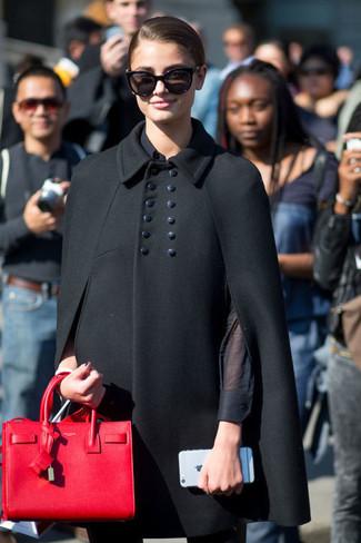schwarzer Cape Mantel, schwarzes Businesshemd, schwarze enge Hose, rote Shopper Tasche aus Leder für Damen