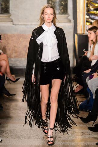 Ein schwarzer Fransen Cape Mantel und schwarze Samtshorts erhalten einen Casual-Look, der aber immer modisch bleibt und Ihre Persönlichkeit unterstreicht. Schwarze leder sandaletten sind eine kluge Wahl, um dieses Outfit zu vervollständigen.