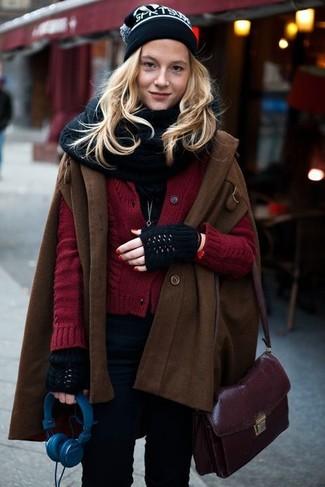 Rote Strickjacke kombinieren – 65 Damen Outfits: Um einen tollen Alltags-Look zu kreieren, sind eine rote Strickjacke und schwarze enge Jeans ganz hervorragend geeignet.
