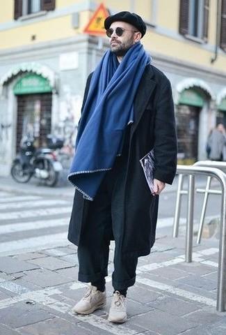 Wie kombinieren: schwarze Chinohose, hellbeige Sportschuhe, schwarze Schiebermütze, blauer Schal