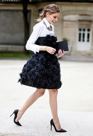 Wie kombinieren: schwarzes besticktes Cocktailkleid, weißes Businesshemd, schwarze Satin Pumps, goldenes Armband