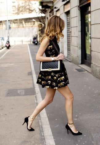 Erwägen Sie das Tragen von einem Schwarzen Cocktailkleid, um sich selbstbewusst zu fühlen und modisch auszusehen. Ergänzen Sie Ihr Look mit Schwarzen und goldenen Wildleder Pumps.