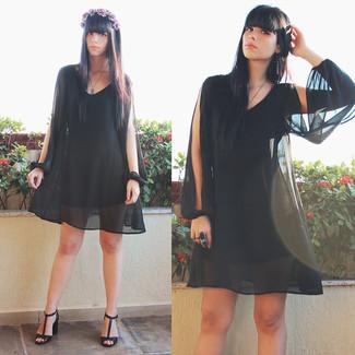Stechen Sie unter anderen modebewussten Menschen hervor mit einem Schwarzen Cocktailkleid. Schwarze Leder Sandaletten fügen sich nahtlos in einer Vielzahl von Outfits ein.