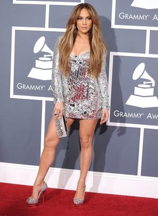 Jennifer Lopez trägt Silbernes Cocktailkleid, Silberne verzierte Leder Pumps, Silberne Clutch, Silberner Ring