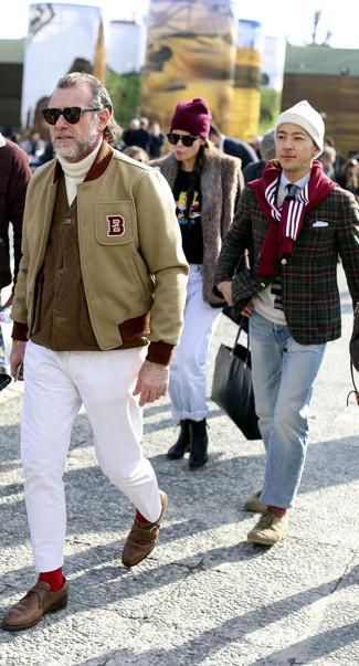 Wie kombinieren: hellbeige Collegejacke, braune ärmellose Jacke, weißer Strick Rollkragenpullover, weiße Chinohose