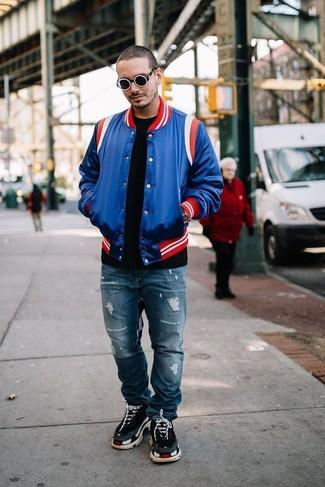 Wie kombinieren: blaue Collegejacke, schwarzes T-Shirt mit einem Rundhalsausschnitt, blaue Jeans mit Destroyed-Effekten, schwarze Sportschuhe