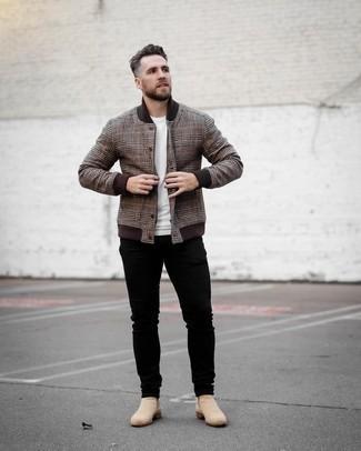 Braune Collegejacke kombinieren – 9 Herren Outfits: Erwägen Sie das Tragen von einer braunen Collegejacke und schwarzen Jeans für ein Alltagsoutfit, das Charakter und Persönlichkeit ausstrahlt. Wählen Sie hellbeige Chelsea Boots aus Wildleder, um Ihr Modebewusstsein zu zeigen.