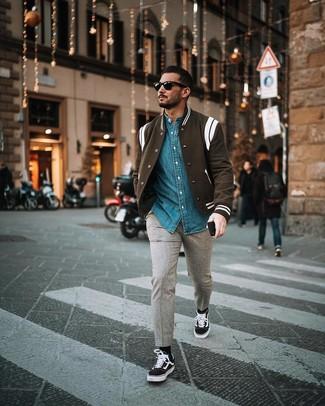 Schwarze Socken kombinieren: trends 2020: Kombinieren Sie eine schwarze und weiße Collegejacke mit schwarzen Socken für einen entspannten Wochenend-Look. Fühlen Sie sich mutig? Ergänzen Sie Ihr Outfit mit schwarzen und weißen Segeltuch niedrigen Sneakers.