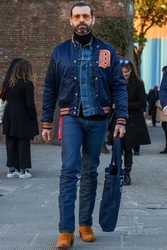 Schwarzen Rollkragenpullover kombinieren – 500+ Herren Outfits: Paaren Sie einen schwarzen Rollkragenpullover mit dunkelblauen Jeans für ein großartiges Wochenend-Outfit. Fühlen Sie sich mutig? Entscheiden Sie sich für rotbraunen Chelsea Boots aus Wildleder.