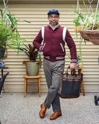 Dunkelrote Collegejacke kombinieren – 19 Herren Outfits: Entscheiden Sie sich für eine dunkelrote Collegejacke und eine graue Anzughose, um einen modischen Freizeitlook zu kreieren. Fühlen Sie sich mutig? Komplettieren Sie Ihr Outfit mit rotbraunen Leder Slippern.