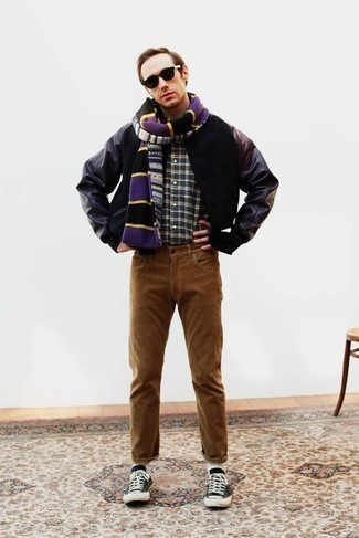 Dunkelblaues und grünes Langarmhemd mit Schottenmuster kombinieren – 18 Frühling Herren Outfits: Kombinieren Sie ein dunkelblaues und grünes Langarmhemd mit Schottenmuster mit braunen Jeans für ein Alltagsoutfit, das Charakter und Persönlichkeit ausstrahlt. Ergänzen Sie Ihr Look mit schwarzen und weißen Segeltuch niedrigen Sneakers. Schon haben wir ein schönes Outfit in der Übergangszeit.
