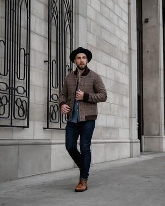 Braune Collegejacke kombinieren – 9 Herren Outfits: Kombinieren Sie eine braune Collegejacke mit dunkelblauen Jeans für einen bequemen Alltags-Look. Setzen Sie bei den Schuhen auf die klassische Variante mit einer braunen Lederfreizeitstiefeln.