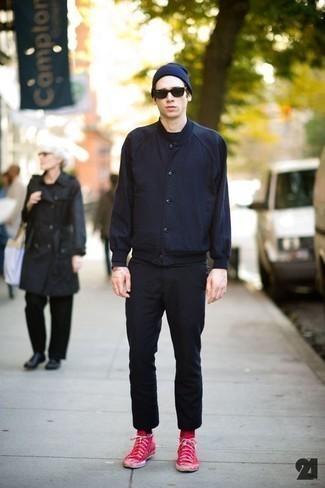 Herren Outfits & Modetrends 2020: Casual-Outfits: Kombinieren Sie eine dunkelblaue Collegejacke mit einer schwarzen Chinohose für einen bequemen Alltags-Look. Fühlen Sie sich mutig? Ergänzen Sie Ihr Outfit mit roten hohen Sneakers aus Segeltuch.