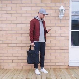 Dunkelblaue Shopper Tasche aus Segeltuch kombinieren – 247 Herren Outfits: Kombinieren Sie eine dunkelrote Collegejacke mit einer dunkelblauen Shopper Tasche aus Segeltuch für einen entspannten Wochenend-Look. Fühlen Sie sich ideenreich? Komplettieren Sie Ihr Outfit mit weißen Segeltuch niedrigen Sneakers.