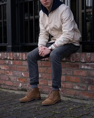 20 Jährige: Dunkelgraue Jeans kombinieren – 500+ Herren Outfits: Kombinieren Sie eine hellbeige Collegejacke mit dunkelgrauen Jeans, um einen lockeren, aber dennoch stylischen Look zu erhalten. Machen Sie Ihr Outfit mit einer braunen Lederfreizeitstiefeln eleganter.