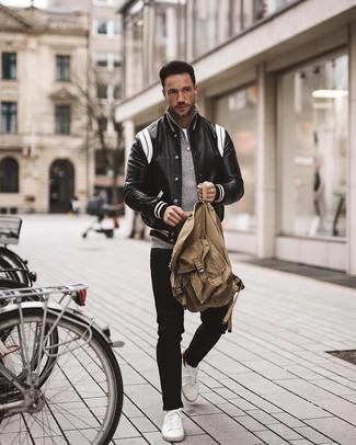Wie kombinieren: schwarze und weiße Leder Collegejacke, grauer Pullover mit einem Reißverschluss am Kragen, weißes T-Shirt mit einem Rundhalsausschnitt, schwarze Jeans