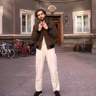 Braune Collegejacke kombinieren – 9 Herren Outfits: Entscheiden Sie sich für eine braune Collegejacke und eine hellbeige Anzughose, wenn Sie einen gepflegten und stylischen Look wollen. Schwarze und weiße Sportschuhe liefern einen wunderschönen Kontrast zu dem Rest des Looks.