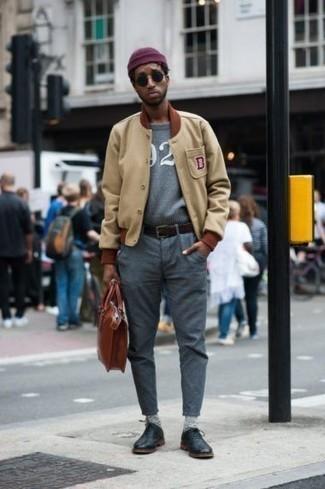 Lila Mütze kombinieren – 25 Herren Outfits: Kombinieren Sie eine beige Collegejacke mit einer lila Mütze für einen entspannten Wochenend-Look. Fühlen Sie sich mutig? Vervollständigen Sie Ihr Outfit mit schwarzen Leder Oxford Schuhen.