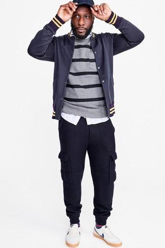Wie kombinieren: dunkelblaue Collegejacke, grauer horizontal gestreifter Pullover mit einem Rundhalsausschnitt, hellblaues vertikal gestreiftes Langarmhemd, dunkelblaue Jogginghose