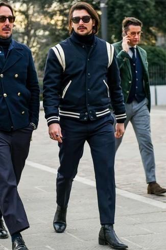 Schwarze Chelsea Boots aus Leder kombinieren: trends 2020: Kombinieren Sie eine dunkelblaue und weiße Collegejacke mit einer dunkelblauen Chinohose für ein sonntägliches Mittagessen mit Freunden. Heben Sie dieses Ensemble mit schwarzen Chelsea Boots aus Leder hervor.
