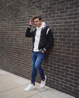 Weiße und schwarze Segeltuch niedrige Sneakers kombinieren – 500+ Herren Outfits: Für ein bequemes Couch-Outfit, kombinieren Sie eine schwarze und weiße Collegejacke mit blauen engen Jeans. Machen Sie Ihr Outfit mit weißen und schwarzen Segeltuch niedrigen Sneakers eleganter.