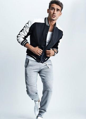 Wie kombinieren: schwarze und weiße Collegejacke, weißes T-Shirt mit einem Rundhalsausschnitt, graue Jogginghose, weiße hohe Sneakers