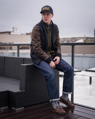 Mehrfarbiges Flanell Langarmhemd kombinieren – 33 Herren Outfits: Kombinieren Sie ein mehrfarbiges Flanell Langarmhemd mit dunkelblauen Jeans für ein bequemes Outfit, das außerdem gut zusammen passt. Komplettieren Sie Ihr Outfit mit dunkelbraunen Leder Bootsschuhen.