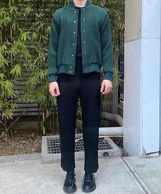 Herren Outfits 2020: Kombinieren Sie eine dunkelgrüne Collegejacke mit einer dunkelblauen Chinohose, um mühelos alles zu meistern, was auch immer der Tag bringen mag. Schalten Sie Ihren Kleidungsbestienmodus an und machen schwarzen Leder Derby Schuhe zu Ihrer Schuhwerkwahl.