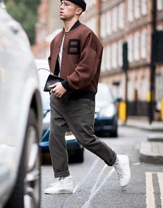 Weiße hohe Sneakers aus Segeltuch kombinieren – 500+ Herren Outfits: Kombinieren Sie eine braune Collegejacke mit einer dunkelgrauen Chinohose für ein sonntägliches Mittagessen mit Freunden. Suchen Sie nach leichtem Schuhwerk? Wählen Sie weißen hohe Sneakers aus Segeltuch für den Tag.