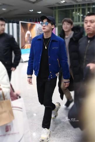Wie kombinieren: blaue Collegejacke, schwarzes T-Shirt mit einem Rundhalsausschnitt, schwarze Jeans mit Destroyed-Effekten, weiße Sportschuhe