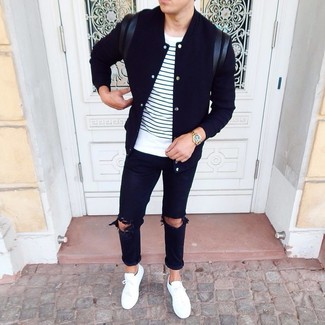 Wie kombinieren: schwarze Collegejacke, weißes und dunkelblaues horizontal gestreiftes T-Shirt mit einem Rundhalsausschnitt, schwarze Jeans mit Destroyed-Effekten, weiße niedrige Sneakers
