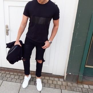 Wie kombinieren: schwarze Collegejacke, schwarzes T-Shirt mit einem Rundhalsausschnitt, schwarze Jeans mit Destroyed-Effekten, weiße niedrige Sneakers