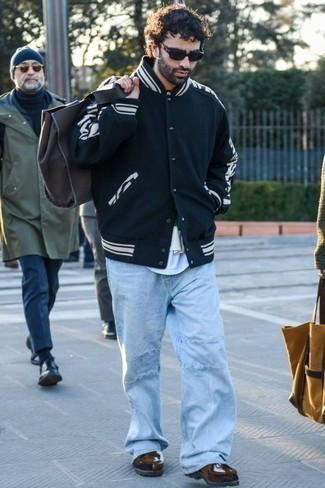 Jeans kombinieren: trends 2020: Kombinieren Sie eine schwarze und weiße Collegejacke mit Jeans, um einen lockeren, aber dennoch stylischen Look zu erhalten. Fühlen Sie sich ideenreich? Komplettieren Sie Ihr Outfit mit dunkelbraunen Chukka-Stiefeln aus Wildleder.