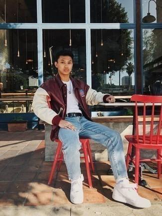 dunkelrote Collegejacke, weißes T-Shirt mit einem Rundhalsausschnitt, hellblaue Jeans, weiße Segeltuch niedrige Sneakers für Herren