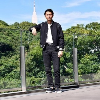 Schwarze Slip-On Sneakers aus Wildleder kombinieren – 13 Herren Outfits: Tragen Sie eine schwarze Collegejacke und schwarzen Jeans für ein bequemes Outfit, das außerdem gut zusammen passt. Vervollständigen Sie Ihr Look mit schwarzen Slip-On Sneakers aus Wildleder.