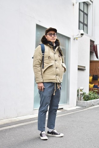 Wie kombinieren: hellbeige Daunenjacke, schwarze gesteppte ärmellose Jacke, weißes Polohemd, blaue Chinohose